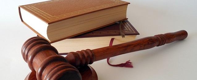 Martillo de juez y libros de etica y reglamentos